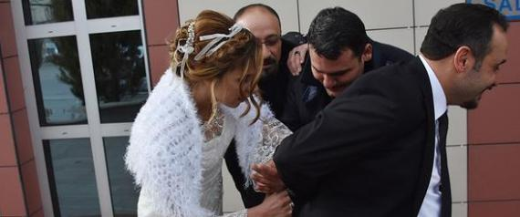 عروس تركية تقيد عريسها بالأصفاد وتقتاده لحفل زفافهما!