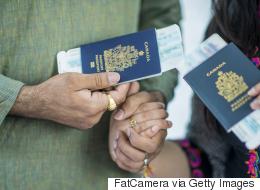 الأخضر يشير إلى الإسلام.. هذه أسباب اختيار ألوان وأحجام جوازات السفر