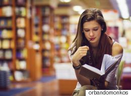 منها القرآن في أفغانستان والحرب والسِّلْم في روسيا.. ما هي أهم الكتب قراءةً في 17 بلداً حول العالم؟