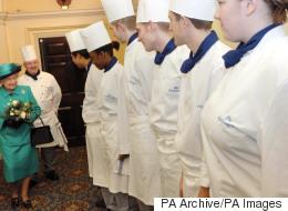 الملكة إليزابيث تبحث عن طباخ جديد براتب متواضع.. ولا يشترط الخبرة!