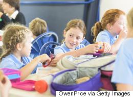 بحكم المحكمة.. آباء بريطانيون يواجهون غرامات محتملة إذا تأخر أطفالهم عن المدرسة