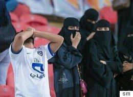 رغم حظرها على الرجال.. السعودية تخصّص أماكن لتدخين النساء في الملاعب بعد السماح لهن بدخولها