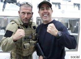 الممثل الكوميدي جيري ساينفيلد يتلقَّى تدريباً على القنص باستخدام أهداف فلسطينية