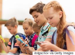 حفاظاً على الصحة النفسية للأطفال.. آبل ستمنح الآباء خصائص للتحكم في استخدام أبنائهم هاتف آيفون