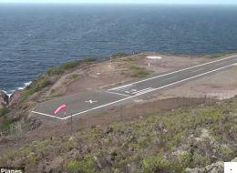 فيديو يساعد على تخطي الخوف من التحليق جواً.. رغم أنه لطائرة تهبط على مدرج صغير ومنحدر ويحيط به البحر