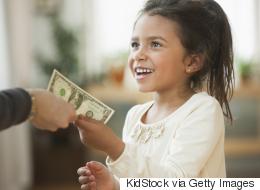 طفلة عمرها 5 سنوات وتدفع إيجاراً لأمها! من أين تحصل ابنتها على المال؟