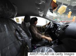 سعوديات يقمن برحلات سرّية صوب الصحراء لتعلُّم القيادة.. وأوبر وكريم ستبدآن في توظيف سائقاتٍ