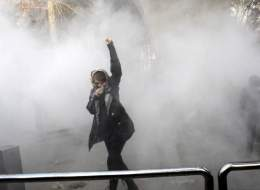 هل يتآكل الحجاب الإلزامي في إيران؟ فرضته الثورة الإسلامية قبل 30 عاماً، والقوانين الصارمة بدأت تتلاشى مع صعود روحاني
