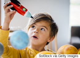 هل ترغب أن يصبح ابنك عالماً؟ هذا ما يجب أن تعرفه كي تساعد طفلك في الاستكشاف