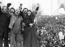 100عام من الثورة.. كيف انتهى نضال الإيرانيين بانتقال عرش الطاووس إلى حوزة آية الله؟