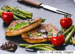 الامتناع عن أكل اللحوم  يصيبك بالاكتئاب وكوب واحد من المياه الفوارة أكثر صحة من كوب عصير.. احذر الخرافات الغذائية