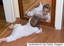 هل نظر طفلك للمرآة أمر خطير؟ العلماء يكشفون سر الحركات التي يؤديها حينما يرى نفسه