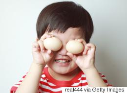 بالبيض وعفن الخبز أحياناً.. 10 أشياء بالمنزل استخدمها لتربية طفلك على التفكير والاستكشاف