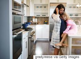 دراسة: إنجاب الأم في سن متأخرة قد يصيب ابنتها بالعقم