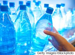 منظمة الصحة العالمية تحذر.. اكتشاف جزيئات بلاستيك داخل 90% من مياه الشرب المعبَّأة