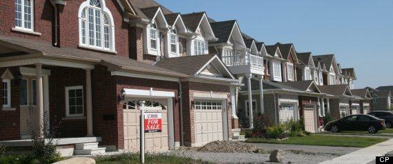 Вид на несколько домов в Торонто издалека