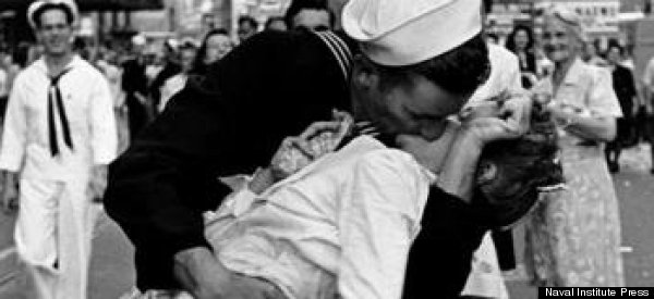 kissing sailor times square
