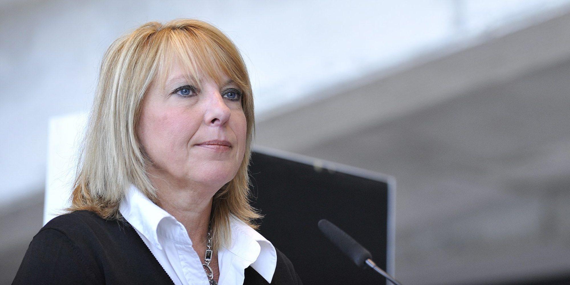 Christine St-Pierre La ministre Christine SaintPierre doit dmissionner