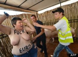Femen seins nus contre les «porcs» de l'Euro 2012