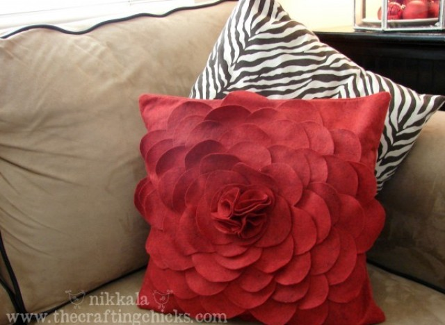 cotdfelt flower pillow