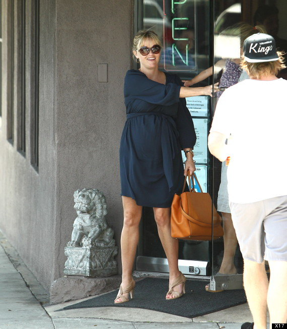 reese witherspoon baby bump