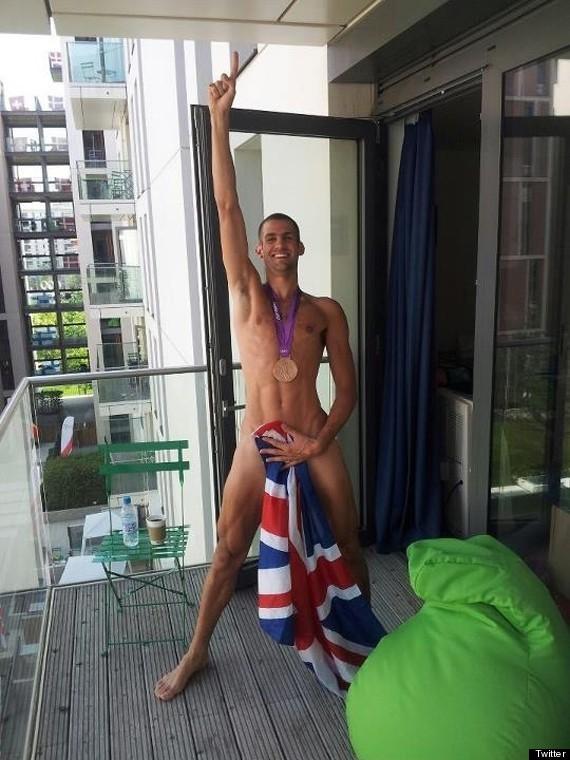 Juegos Olímpicos: Robbie Grabarz posa desnudo con su medalla y sube