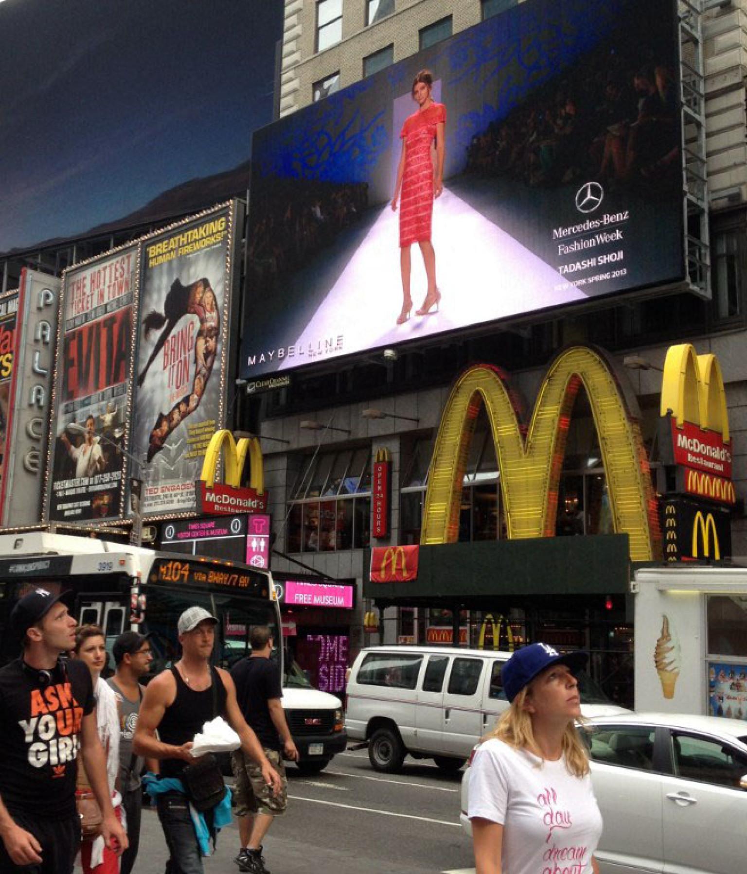 La semaine de mode de new york en direct sur cran g ant for Photo ecran times square