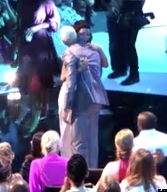 rihanna chris brown kiss mtv vmas 2012