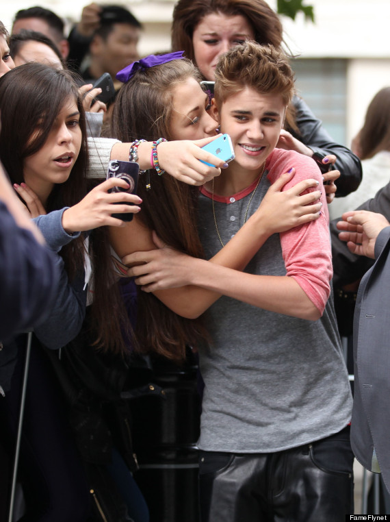 Justin Bieber Gets Unwanted Smooch From Zealous Fan (PHOTO)