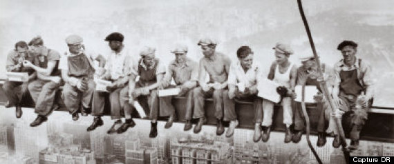 lunch atop a skyscraper la photo mondialement connue est en r alit une publicit. Black Bedroom Furniture Sets. Home Design Ideas