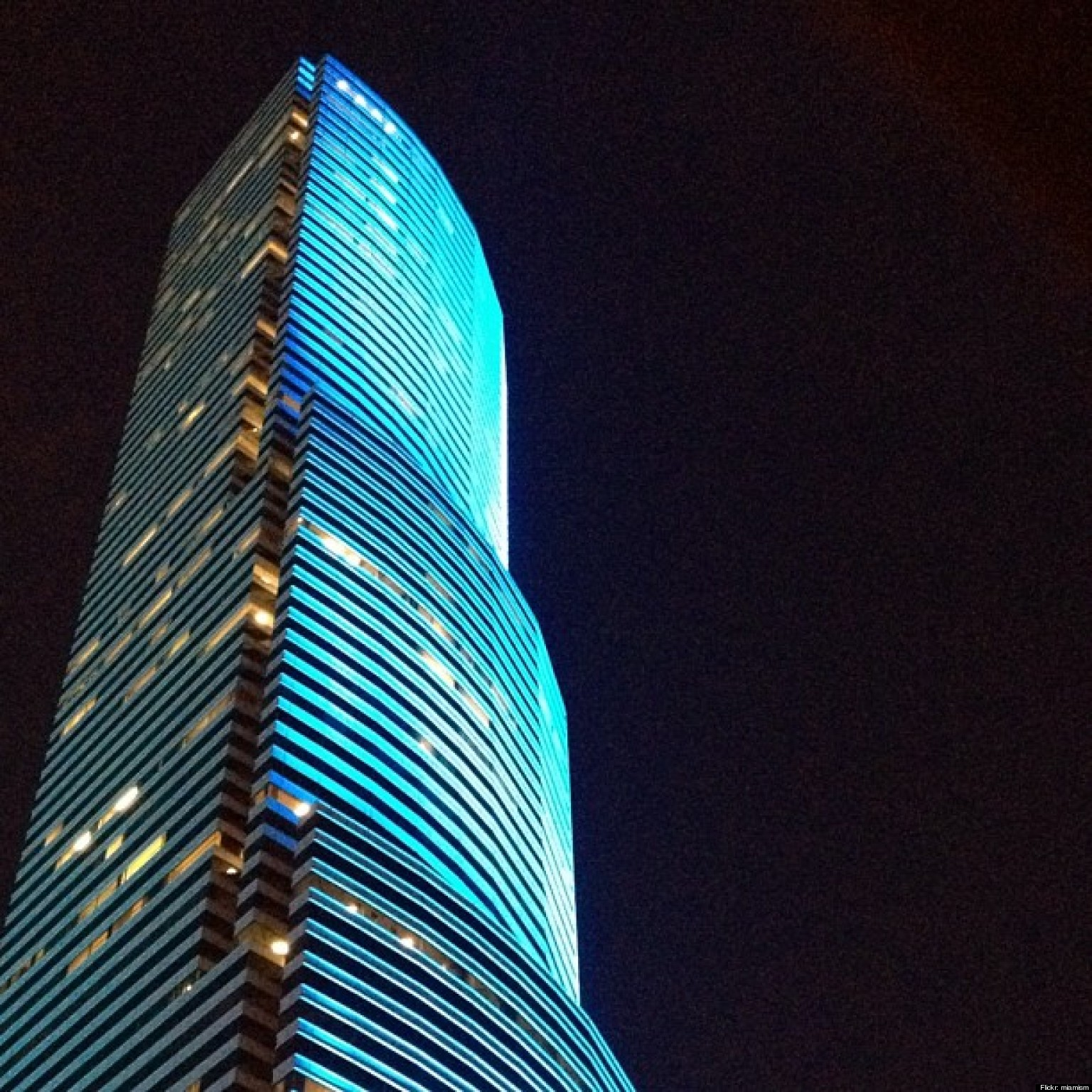 Colored Led Lights >> Miami Tower Changes Colors Instantly With New LED Lights ...