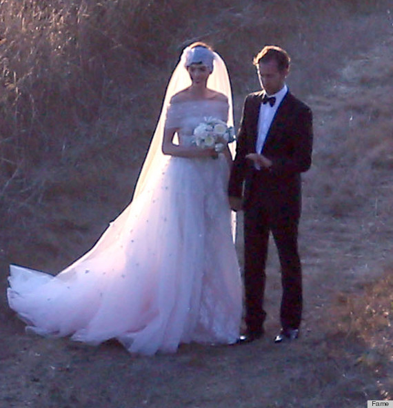 Anne Hathaway Gown: Anne Hathaway Wedding Dress: The Actress Weds In Gauzy