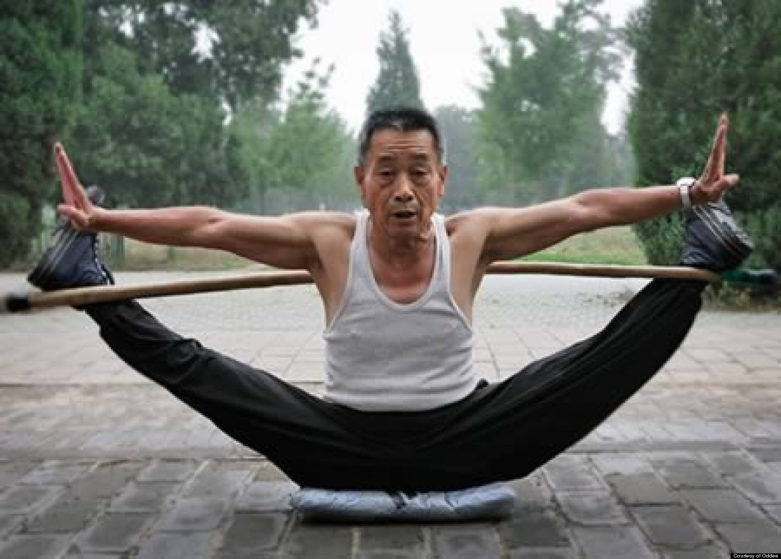 12 craziest flexible people stretching in public. Black Bedroom Furniture Sets. Home Design Ideas