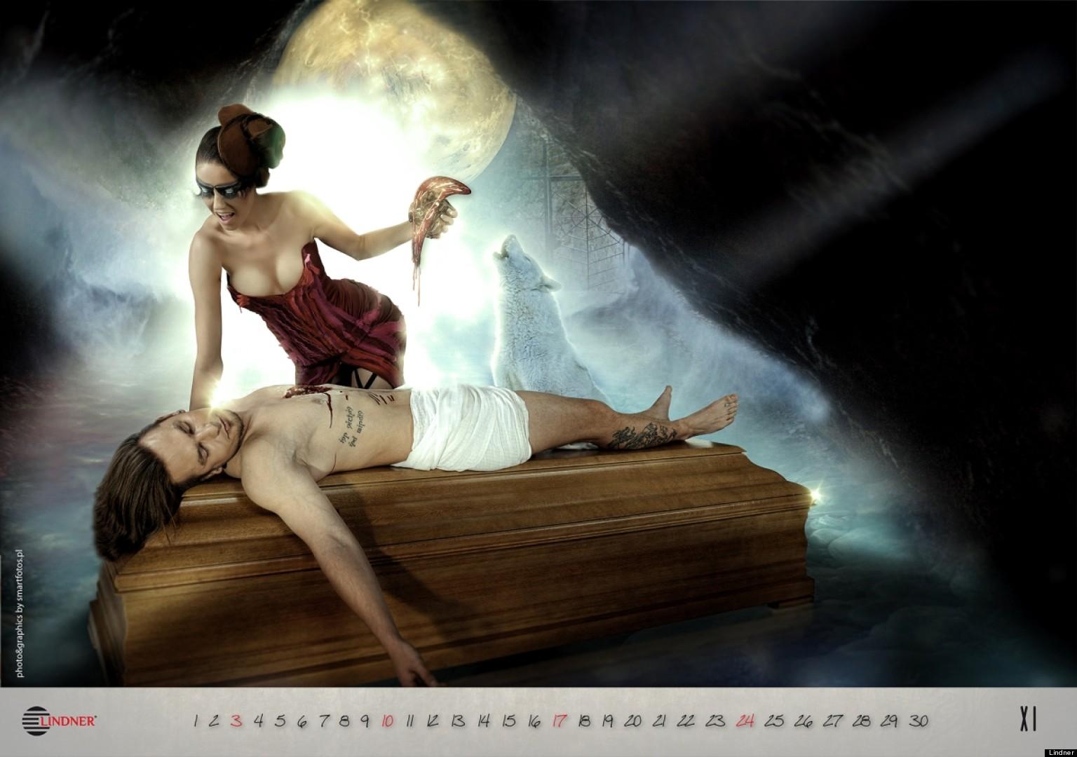photos un calendrier dans lequel des filles d nud es posent sur des cercueils fait pol mique. Black Bedroom Furniture Sets. Home Design Ideas