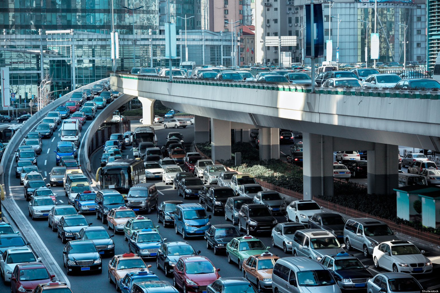 traffic pollution Traffic congestion increases vehicle emissions and degrades ambient air quality, and recent studies have shown excess morbidity and mortality for drivers, commuters and individuals living near major roadways.