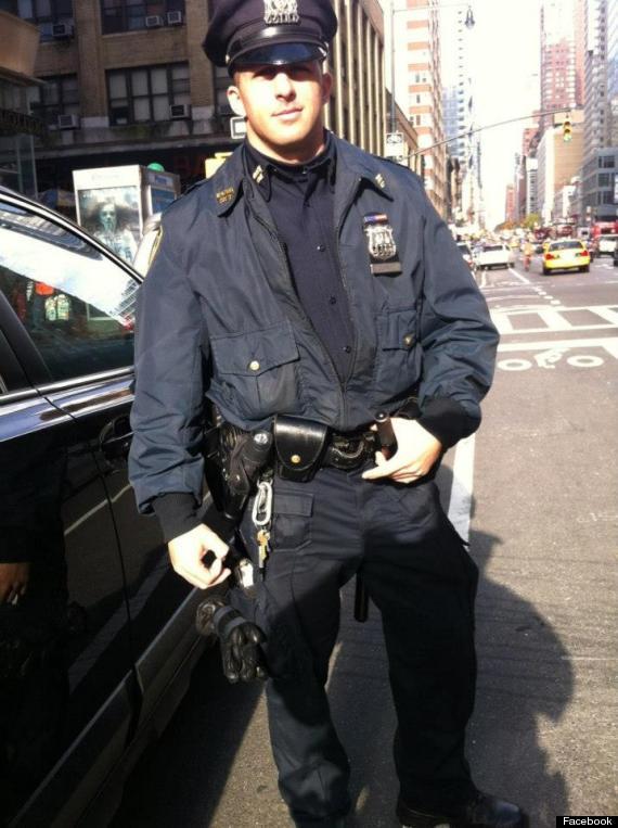 Un policía de Nueva York compra botas para un hombre que ...