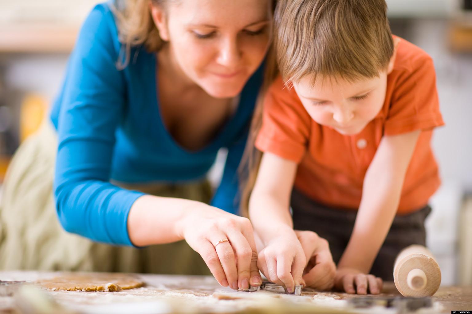 Сын мать и друзья на кухне смотреть 4 фотография