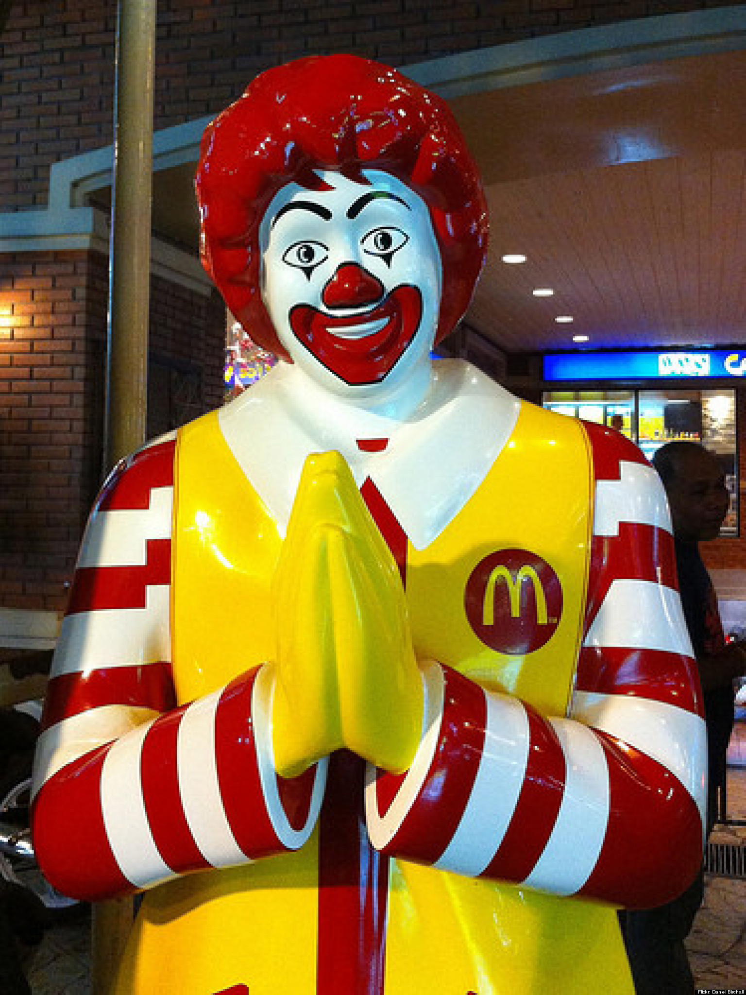 Mcdonald 39 s pushes stores to stay open on christmas huffpost for Fast food places open on easter sunday