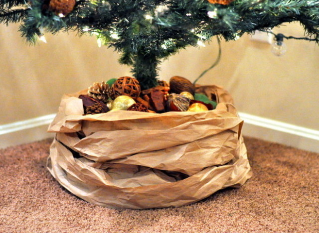 A kraft paper tree skirt to dress your christmas in