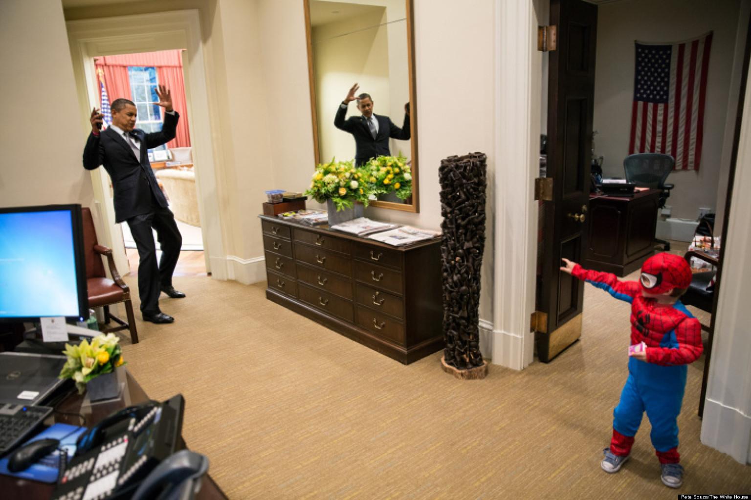barack obama joue spider man dans le bureau ovale photo. Black Bedroom Furniture Sets. Home Design Ideas