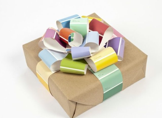 A gift wrapping idea using paint chips thats beautiful and easy to gift wrapping negle