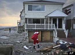 Solidaridad: se viste de Santa Claus y lleva juguetes a niños afectados por Sandy