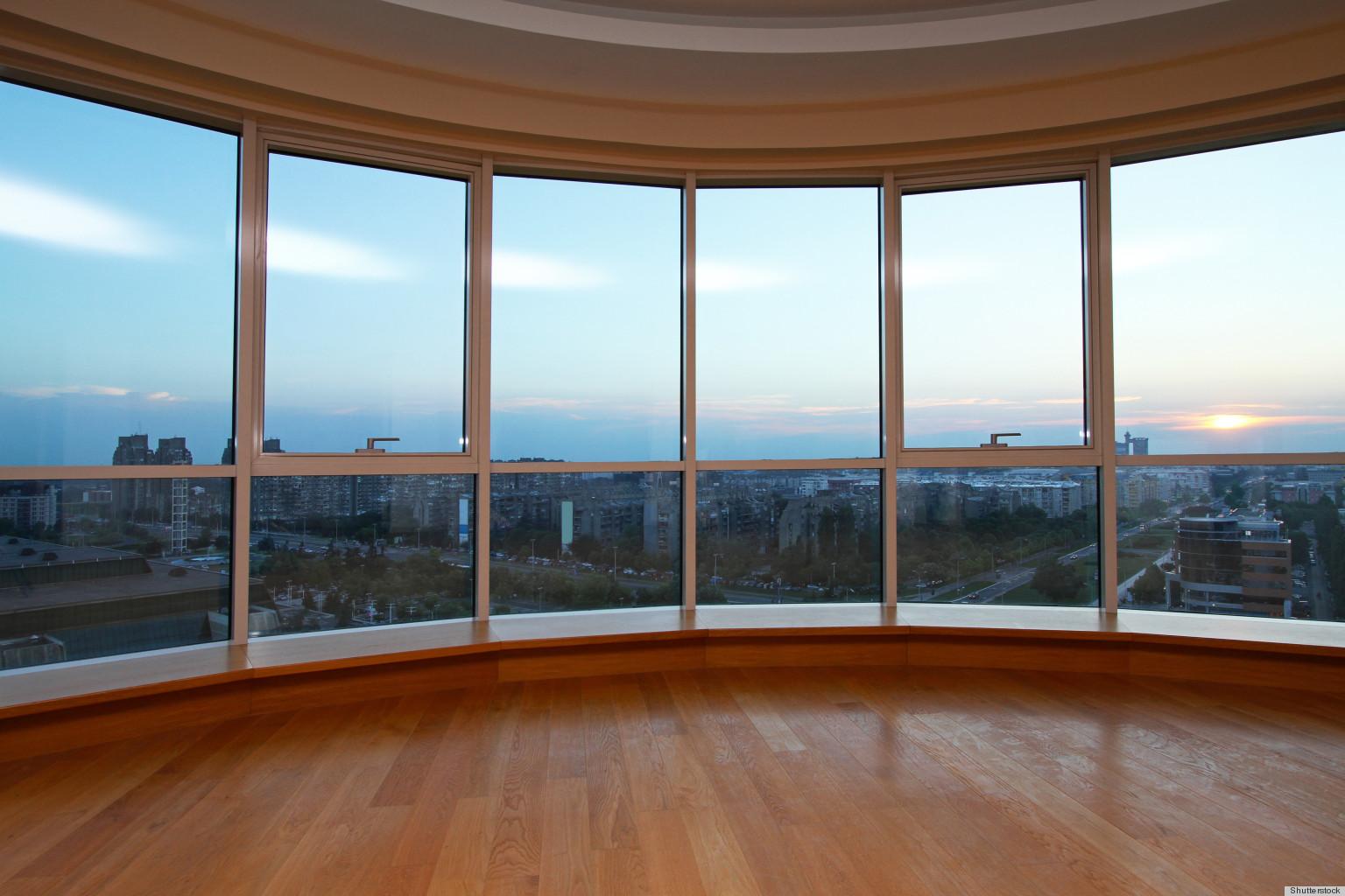 Балкон с большими окнами.