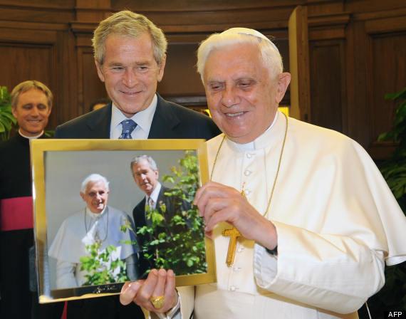 A la derecha del Señor Benedicto XVI Ratzinger George Bush