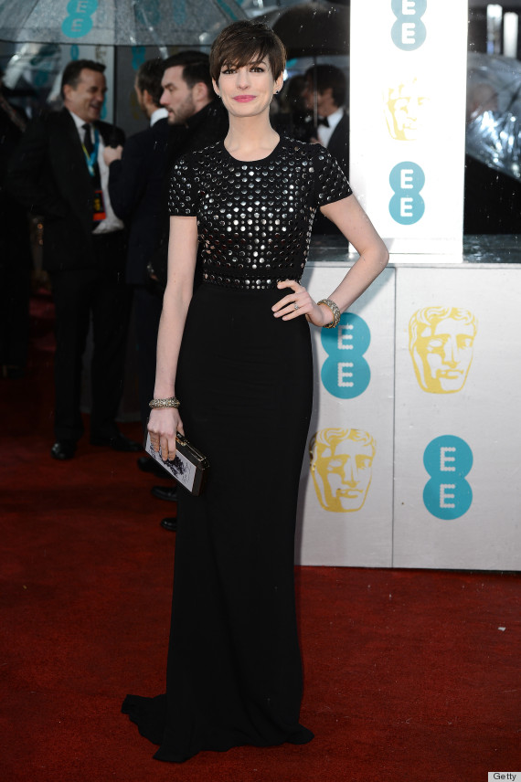 anne hathaway dress malfunction