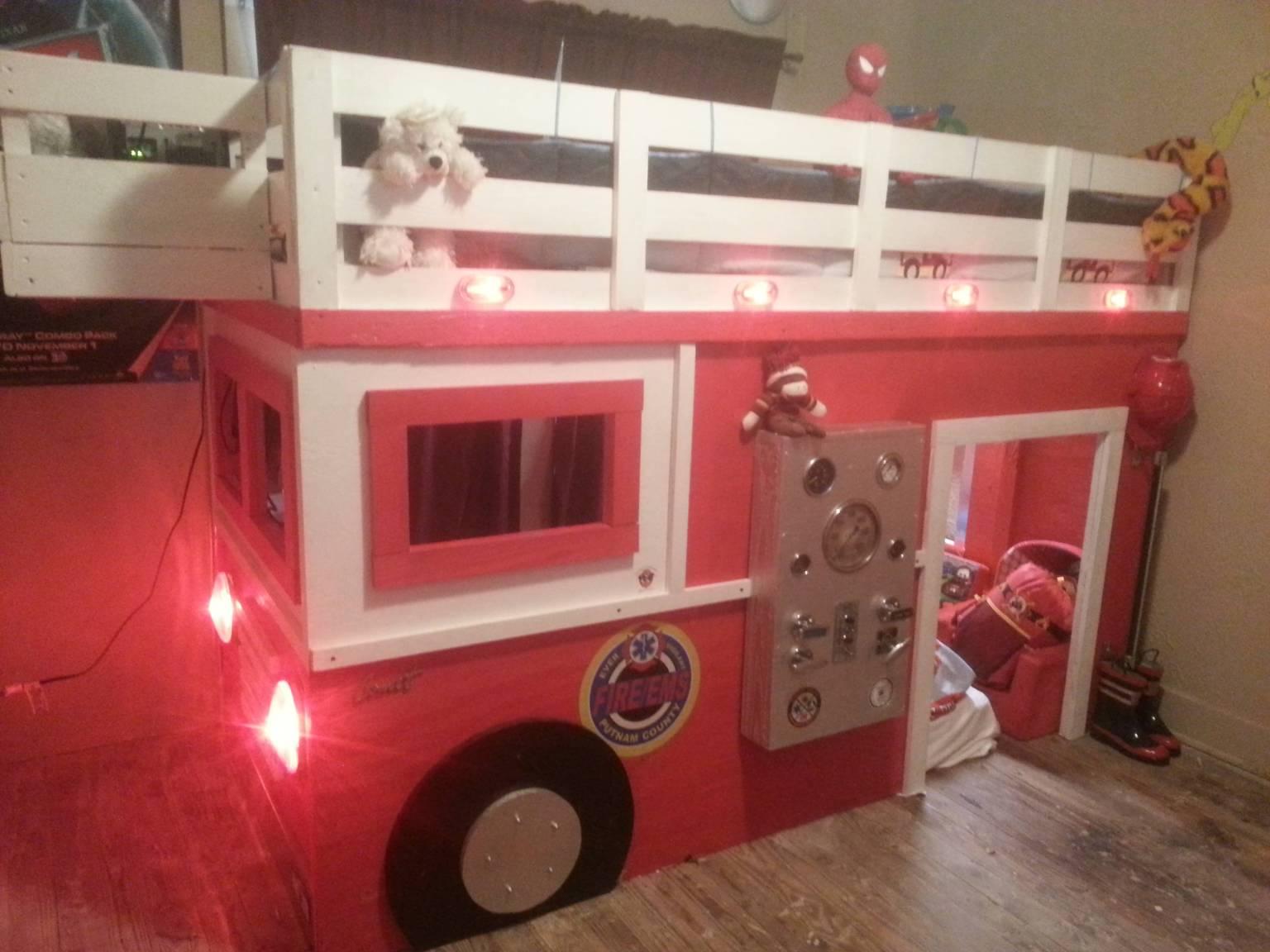 Un papa construit un lit en forme de camion de pompier pour son fils photos - Lit enfant camion de pompier ...