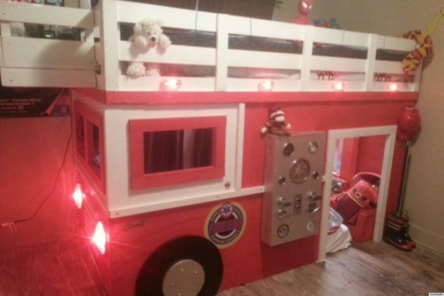 Firefighter Dad Builds Realistic DIY Firetruck Bed For His ...