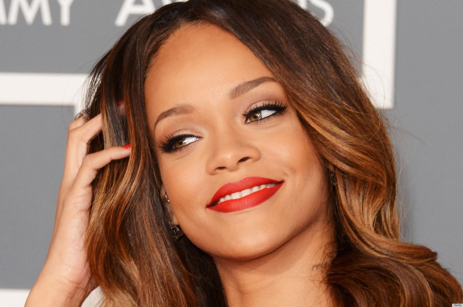 Rihanna: Rihanna, MAC Makeup Team Up For Multi-Collection Deal